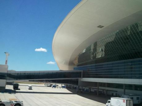 Aeropuerto Internacional de Carrasco, airside - architect  Uruguayan-born Rafael Viñoly