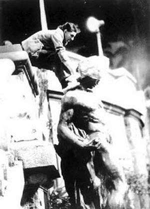 Mario Ramiro bagging a public statue