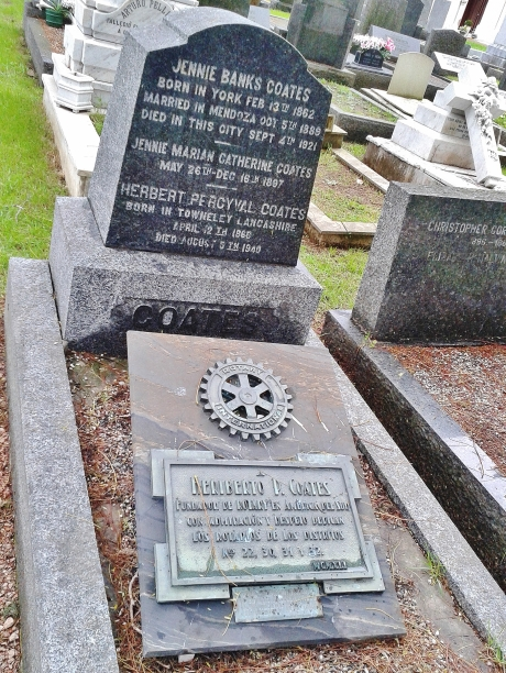 Bilingual grave with tribute by fellow Rotarians